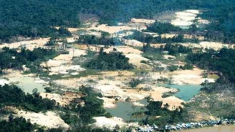 Danos provocados pelo garimpo ilegal na região do rio Uraricoera, na Terra Indígena Yanomami