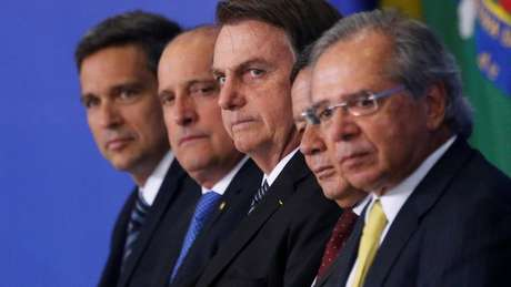 Bolsonaro com equipe de governo; Mozart Neves Ramos chegou a ser convidado ao MEC, mas sofreu oposição de bancada evangélica