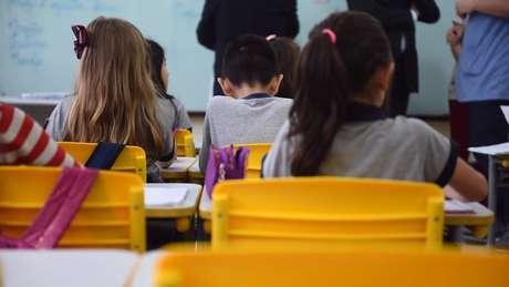 De cada 100 crianças que começam a primeira série do ensino fundamental, somente a metade chega ao final do terceiro ano do ensino médio
