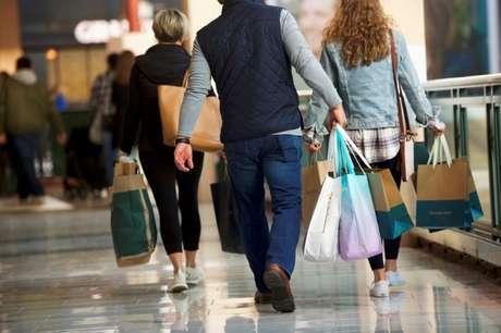 Consumidores carregam sacolas de compra na Pensilvânia, EUA 08/12/2018 REUTERS/Mark Makela