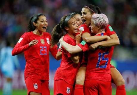Jogadoras da seleção dos Estados Unidos comemoram gol do time durante partida contra a Tailândia na Copa do Mundo Feminina em Reims, na França 11/06/2019 REUTERS/Christian Hartmann