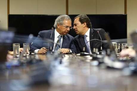 Ministro Paulo Guedes e presidente da Caixa, Pedro Guimarães, durante entrevista em Brasília 12/6/2019 REUTERS/Adriano Machado