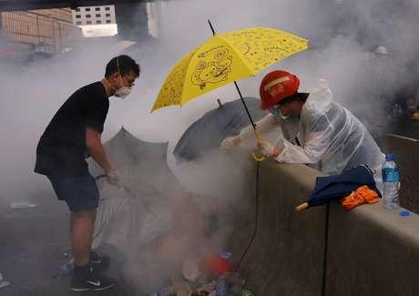 Manifestantes tentam se proteger do gás lacrimogênio em Hong Kong