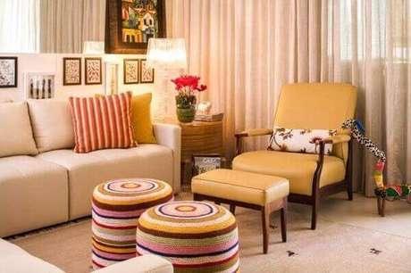 21. Poltronas decorativas encantam o espaço da sala de estar. Projeto de Silvana Hilbert