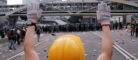 Manifestantes em Hong Kong ocupam avenida que leva à sede do Executivo e do Legislativo