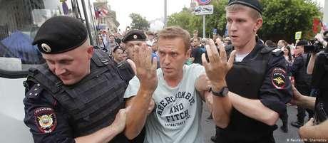 Manifestante é detido por forças policiais em Mosco; governo se recusou a autorizar o protesto