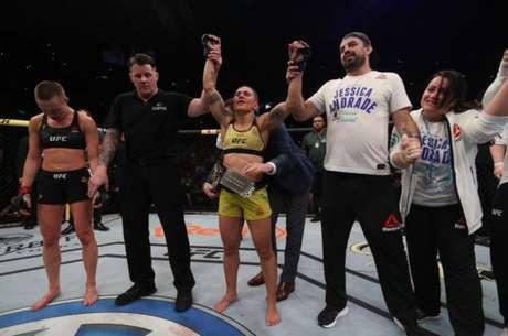 Bate-Estaca levou o cinturão após vencer Namajunas em evento no Rio de Janeiro (Foto: Getty Images/UFC)
