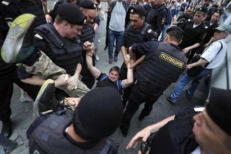 Polícia russa prende mais de 200 em ato a favor de repórter