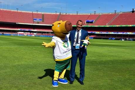Cafu e o mascote Zizito, da Copa América