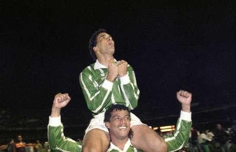 Edmundo comemora o título paulista de 1993 nos ombros de seu colega de time Tonhão