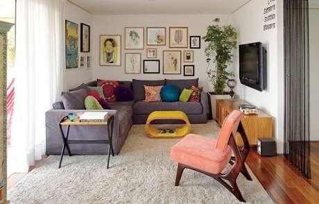 40. Poltrona decorativas colorida e almofadas encantam a sala de estar. Fonte: Vida no Lar