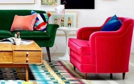 7. Poltronas decorativas com cores quentes. Fonte: Panorama Móveis