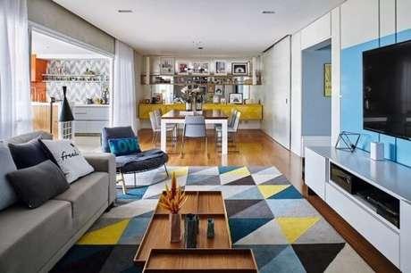 34. Poltronas decorativas encantam o ambiente da sala. Fonte: Revista Casa e Jardim