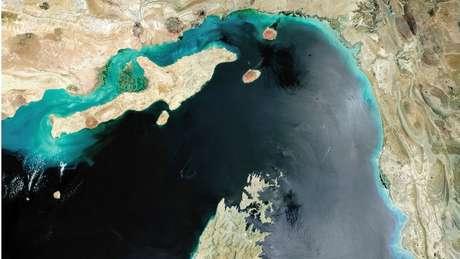 No trecho mais estreito, o canal mede cerca de 33 quilômetros de largura