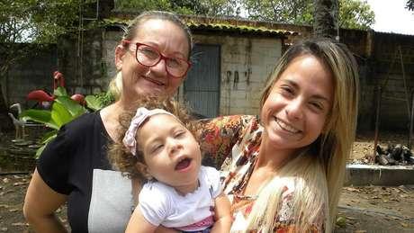 Ana com a filha e a neta; todos os membros da família já pegaram pelo menos uma das doenças transmitidas pelo aedes aegypti: zika, dengue e chikungunya