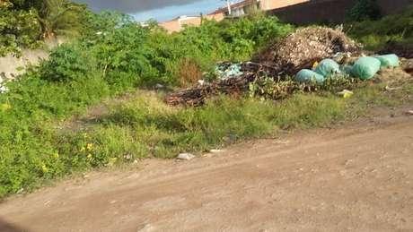 No bairro de Tabuleiro do Pinto, as casas não têm esgoto tratado, a rua não tem asfalto e há muito lixo espalhado pelo mato