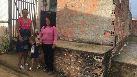 Maria com o neto Erik e Alessandra, presidente de associação de famílias com microcefalia; menino faz sessões de terapia ocupacional, fonoaudiologia e fisioterapia motora