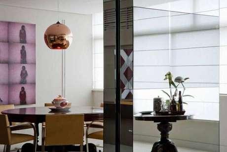 11. Pendente cor de bronze é tendência na decoração de sala de jantar, aposte nesses lustres para sala. Projeto de Toninho Noronha