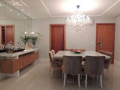 12. Lustres para sala de jantar clássicos são muito elegantes. Projeto de CS Projetos