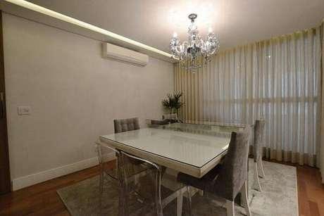 15. Os lustres para sala de jantar seguem um estilo elegante e discreto. Projeto de Pedro Torres