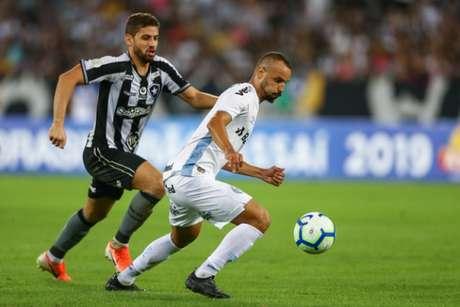 Gabriel de olho em Thaciano. Zagueiro não conseguiu evitar a derrota do Botafogo(Divulgação: Grêmio)
