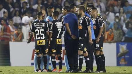 Fábio Carille com os jogadores do Corinthians reclamando com o árbitro após derrota (Marco Galvão/Fotoarena)