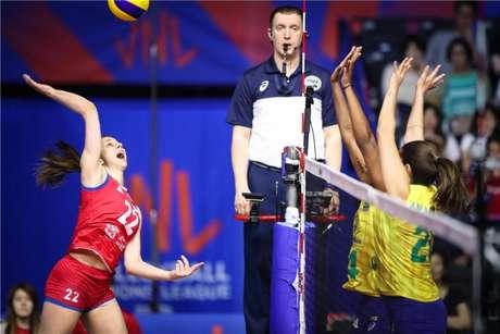 Bloqueio brasileiro foi destaque contra a Sérvia (FIVB Divulgação)
