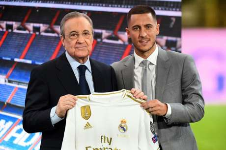 Hazard com a camisa do Real Madrid ao lado de Florentino Pérez, presidente do clube (Foto: AFP)