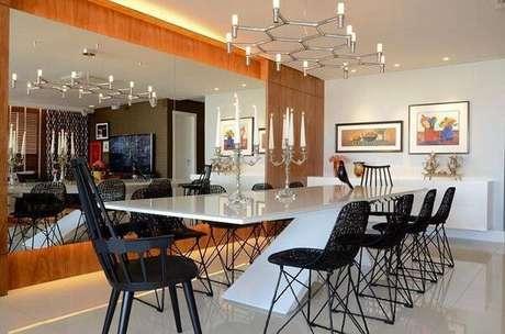 16. Opte colocar lustres para sala e deixe o seu espaço moderno e inovador. Projeto de Rodrigo Maia