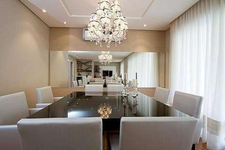 17. Em um ambiente clean, os lustres para sala de jantar ganham destaque. Projeto de Sartori Design
