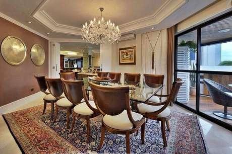 22. O ideal é que os lustres para sala sejam proporcionais ao tamanho da sala de jantar. Projeto de Bender Arquitetura