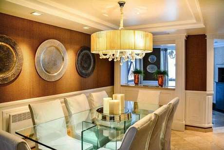 23. Os novos modelos de lustres para sala de jantar estão com uma espécie de cúpula em volta. Projeto de Bender Arquitetura