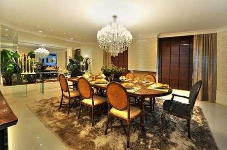 24. Os lustres para sala de jantar de cristal precisam ter um tamanho adequado. Projeto de Bender Arquitetura