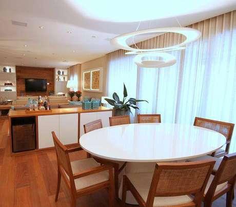 5. Pendentes e lustres para sala de jantar devem combinar com o ambiente. Projeto de Meyer Cortez