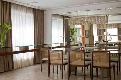 25. Esses modelos de lustres para sala são modernos e combinam perfeitamente com o ambiente. Projeto de Marilia Veiga