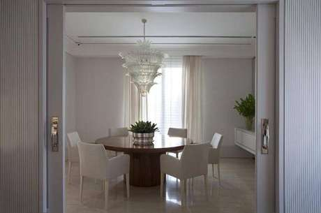 26. Lustres para sala devem ficar exatamente no meio da mesa. Projeto de Roberto Migotto
