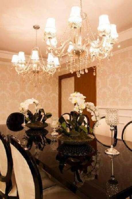 60. Você pode colocar dois lustres para sala de jantar ficar mais iluminada e harmoniosa. Projeto de Graziela Von Muhlen