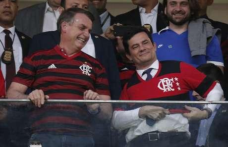 O presidente Jair Messias Bolsonaro, ao lado do ministro da Justiça, Sérgio Moro, nos camarotes do estádio Mané Garrincha, em Brasília antes do início da partida entre CSA x Flamengo, válida pela 9ª rodada do Brasileirão na noite desta quarta-feira.