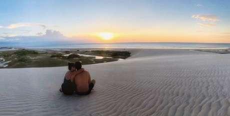 O casal de atores aproveitou a paisagem paradisíaca do mar cearense