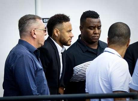 O jogador Neymar Junior acusado de estupro pela modelo Najila Trindade, chega para depor na 6º Delegacia da Mulher de Santo Amaro, zona sul da capital paulista na tarde desta quinta-feira (13).