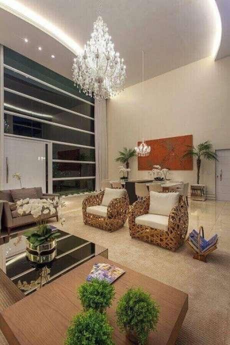 62. Os lustres para sala complementam a decoração do ambiente. Projeto Iara Kilaris