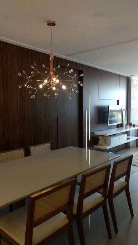 64. Os lustres para sala de cobre deixam o ambiente moderno e sofisticado. Projeto: Office duo Arquitetura e Interiores