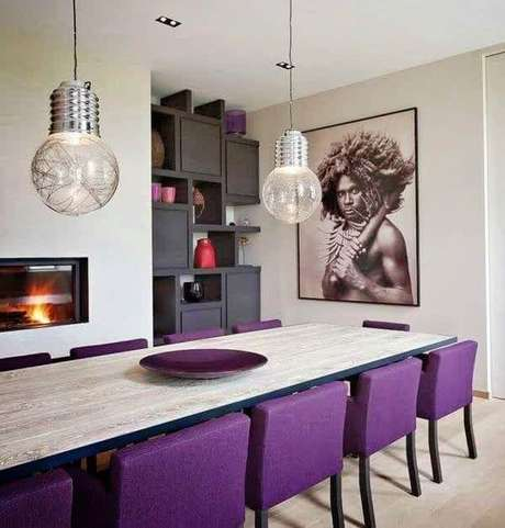 28. Lustres para sala de jantar em formato de lâmpada são uma ótima alternativa para ambientes descolados. Fonte: Pinterest