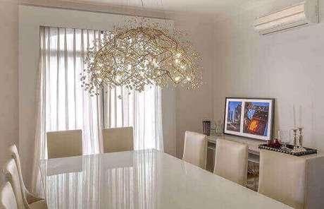 30. Os lustres para sala em estilo rebuscado decora o ambiente com elegância. Projeto: Luiz Normand