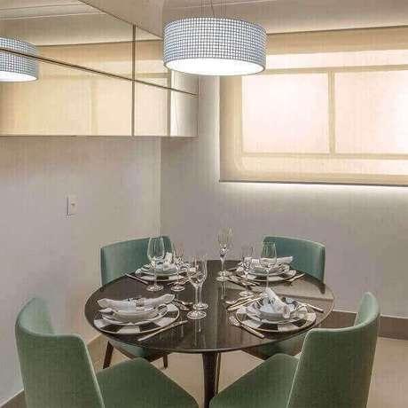 31. Esses modelos de lustres para sala pendentes são peças modernas muito utilizadas na decoração. Projeto: Luiz Normand