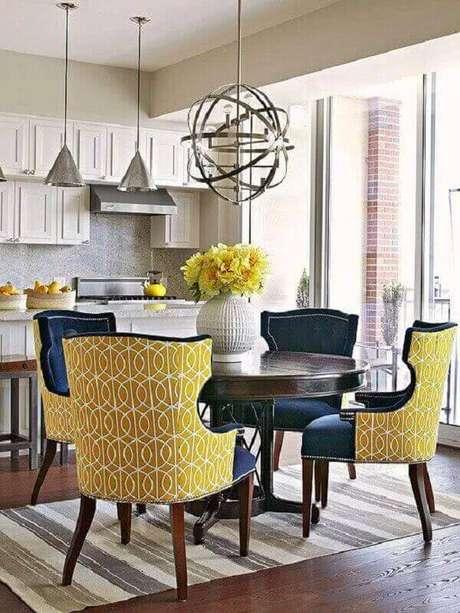 57. Lustres para sala de jantar em formato de globo metálico decoram com estilo ambientes pequenos. Fonte: Pinterest