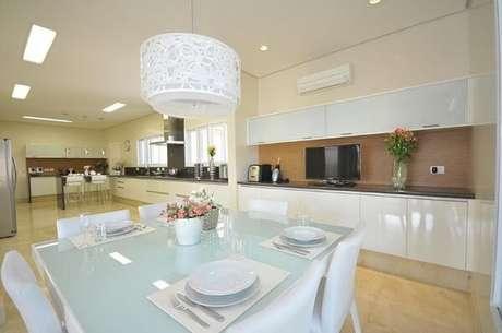 33. Os lustres para sala oval branco são muito utilizados pelos decoradores. Projeto de Belissa Corral