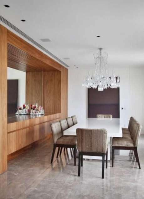 66. Os lustres para sala em estilo clássico chamam a atenção, mas não roubam completamente a cena no projeto de A1 Arquitetura