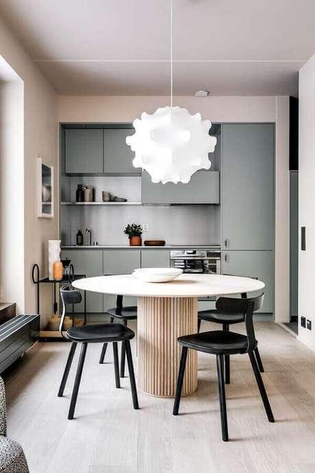 59. Lustres para sala de jantar com estrutura metálica e tecido torna a luz mais agradável de difusa no ambiente. Casa Vogue