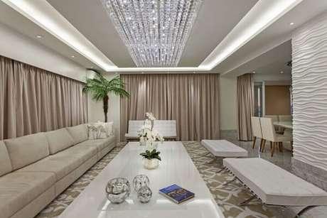 36. Nesta sala de jantar, vemos um modelo de lustres para sala comprido. Projeto de Iara Kilaris